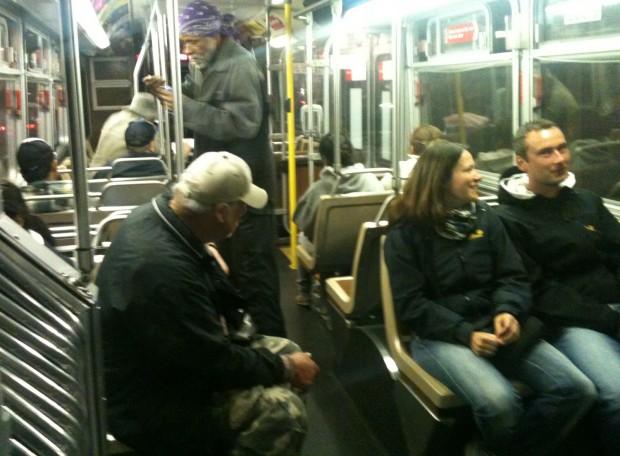 Un pasajero acosando verbalmente a una pareja abordo del 14-Misión.