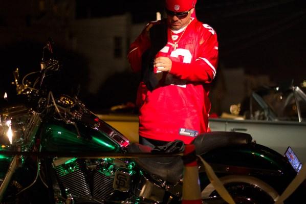 Un admirador de los 49ers se prepara para irse de la fiesta de la cuadra de los Frisco Finest Car Club. Foto de Lauren Kate Rosenblum.