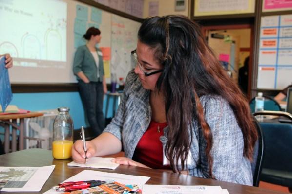 Una joven toma notas durante uno de los talleres.