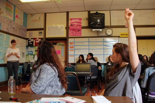 Una joven levanta la mano para hacer una pregunta durante el taller de derechos reproductivos.