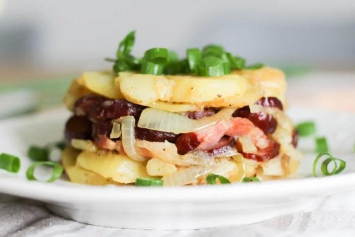 ziemniaki z kiełbasą z patelni