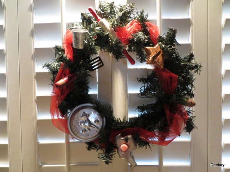 Manufactured home decorated for Christmas - wreath