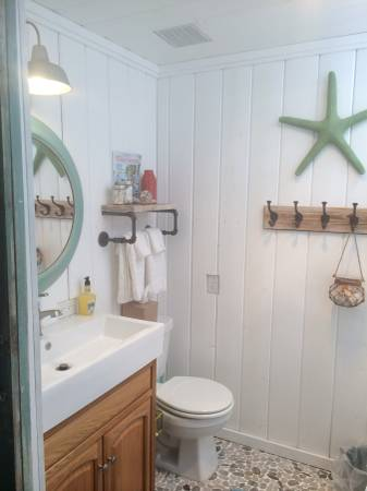 Beach cottage decor ideas for your mobile home for Beach decor bathroom ideas