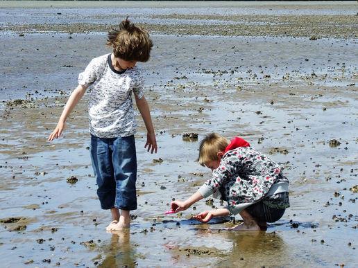 Jordan & Kai Crab hunting