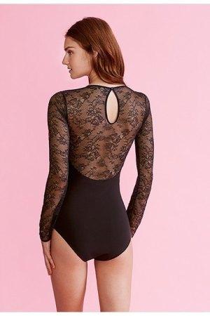 Body negro de microfibra y encaje floral visto por la espalda.