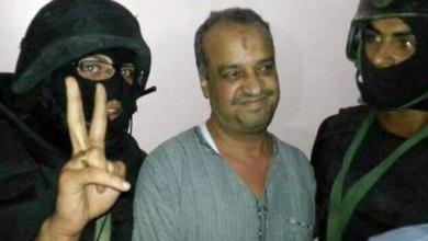 البلتاجي مبتسما خلال اعتقاله على أيدي عناصر الأمن (الفرنسية)