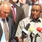 حاكم بونتلاند عبد الولي غاس وممثل الامين العام للأمم المتحدة في الصومال ميتشيل كيتنغ أثناء المؤتمر الصحافي