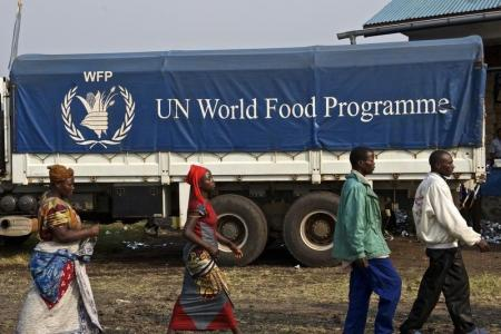 صورة من أرشيف رويترز لشاحنة تحمل مساعدات غذائية من برنامج الأغذية العالمي.