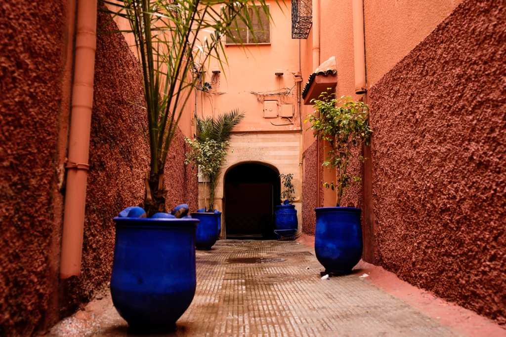 Wedding photographer in Morocco - blue pots in alley