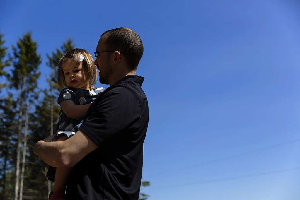 dad outside with daughter during family portrait session