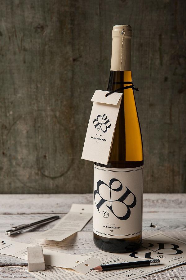 un cv original sur une bouteille de vin
