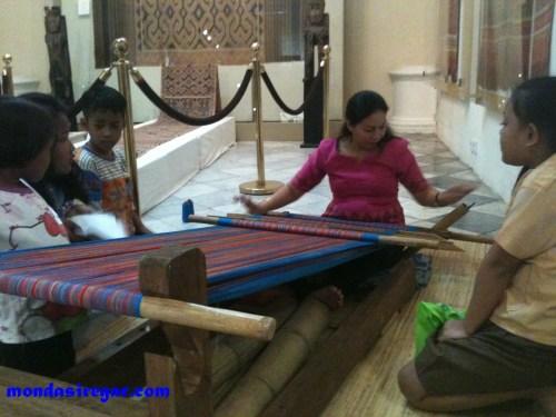 "Pameran Untannun Kameloan ""menenun kain tradisional"""