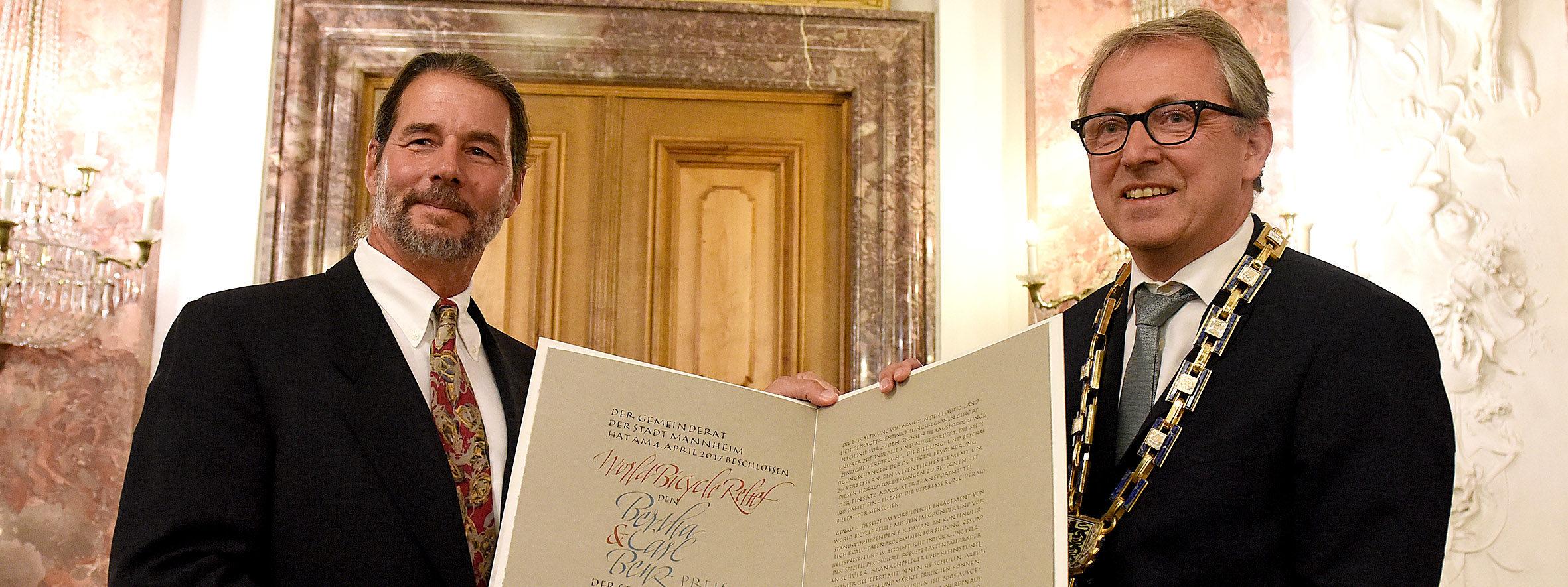 """Verleihung des Bertha-und Carl-Benz-Preises der Stadt Mannheim an """"World Bicycle Relief"""" F.K.Day von OB Dr.Peter Kurz Foto Thomas Troester"""