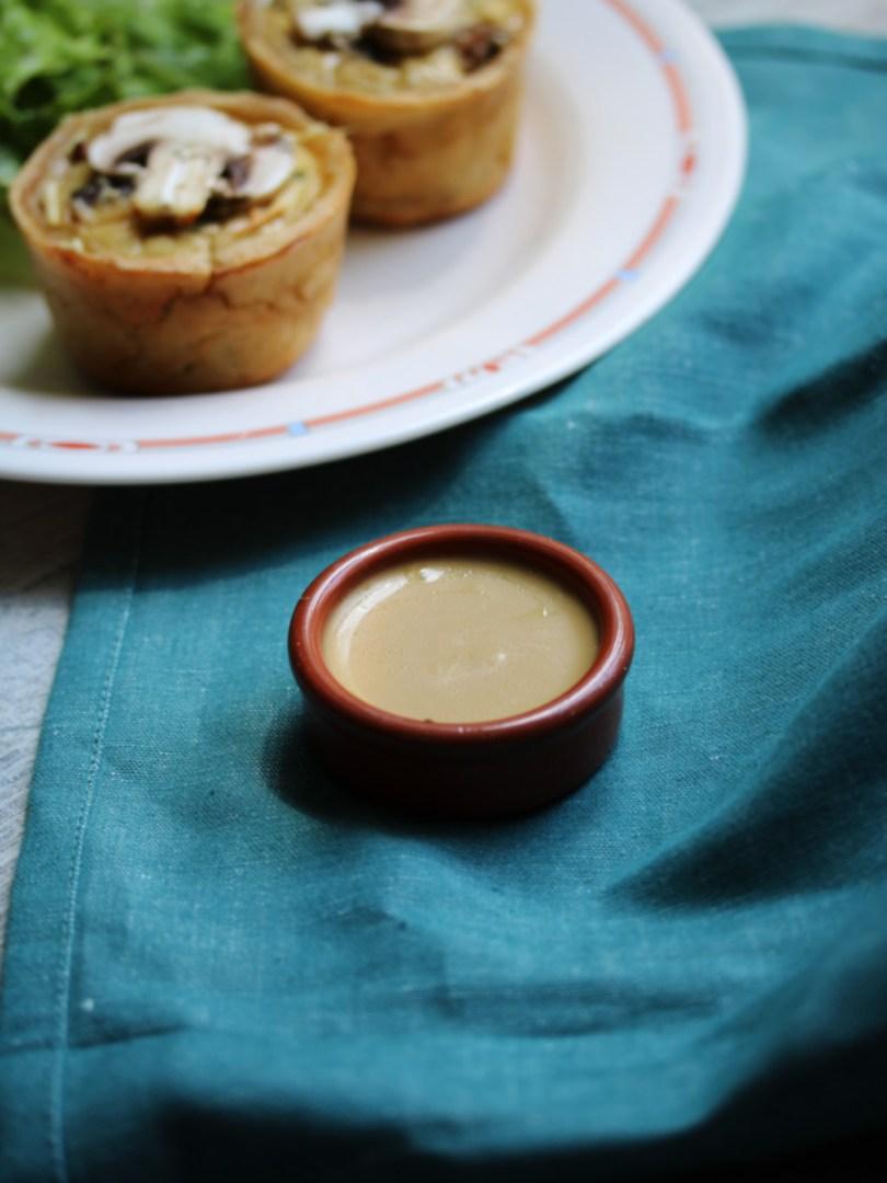 Recette végétarienne de quiche aux champignons et sauge sans gluten et sans lactose avec une vinaigrette balsamique au miel | Mon petit balcon
