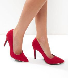 chaussures-pointues-a-talons-wide-fit-en-suedine-rouge-a-bord-en-metal
