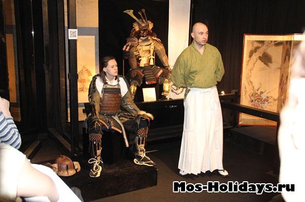 Одевание доспеха на выставке самураев в Москве