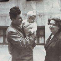 Павел и Елена Чурилины с дочерью Любовью во дворе дома. 1957 год