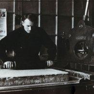 Станковый печатник Николай Тимофеевич Захаров в типографии. 1941 год