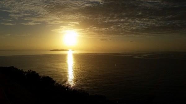 Los periodistas que vinieron iniciaban los días de su estadía con amaneceres espectaculares como éste. Aquí vemos la costa de Fajardo con nuestras islas y cayos.