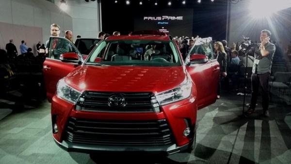 La Highlander del 2017 adquiere retoques de diseño, un nuevo V6 y una nueva transmisión automática de ocho velocidades.