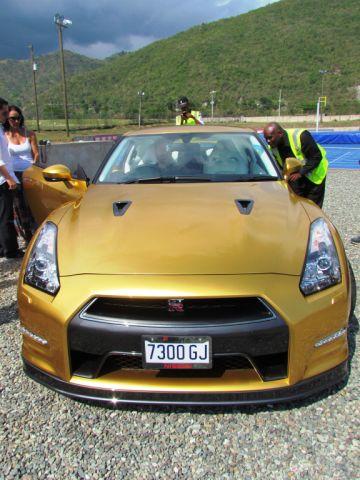 Justo antes de Bolt marcharse, al GT-R le pusieron la tablilla frontal requerida en Australia.