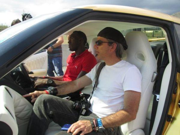 Viendo los interiores del nuevo carro de Bolt.