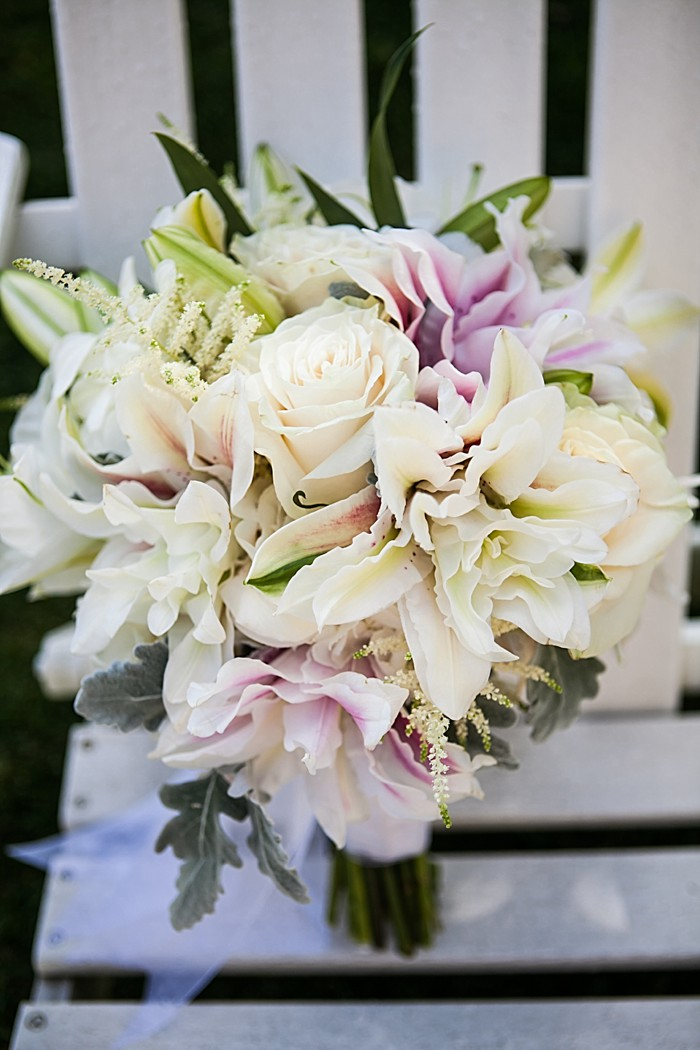 Pretty white and pink wedding bouquet | Photography by Anne Skidmore via @mtnsidebride
