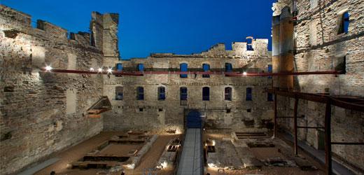 hero_courtyard_night