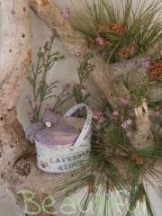Μπομπονιέρα Βάπτισης. Μπομπονιέρα βάπτισης κορίτσι μεταλλικό κουτί λεβάντα με λιλά κορδέλα και υφασμάτινο λουλουδάκι.