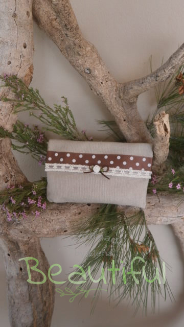 Μπομπονιέρα. Μπομπονιέρα Γάμου φάκελος, λινό φυσικό χρώμα με κορδέλα γκρο καφέ πουά, δαντέλα και σατέν λουλουδάκι χειροποίητο.