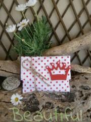 Μπομπονιέρες βάπτισης για κορίτσι. Μπομπονιέρα βάπτισης κορίτσι,φάκελος πουά λευκό-κόκκινο με ξύλινη κορώνα και κορδόνι λινάτσα χειροποίητο.