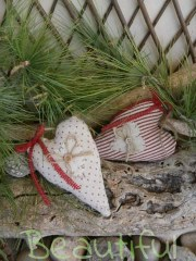 Μπομπονιέρα ιδιαίτερη. Μπομπονιέρα Γάμου καρδιές, υφασμάτινες πουά-ριγέ με τρεσάκι κόκκινο χειροποίητο.