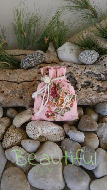 Μπομπονιέρες βάπτισης χειροποίητες. Μπομπονιέρα βάπτισης κορίτσι πουγκί, υφασμάτινο floral με λουλουδάκι χειροποίητο.