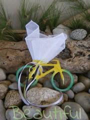 Μοντέρνα μπομπονιέρα. Μπομπονιέρα βάπτισης αγόρι ποδηλατάκι, ξύλινο δίχρωμο με κορδελίτσες χειροποίητο.