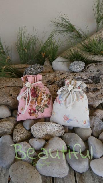 Πρωτότυπη μπομπονιέρα. Μπομπονιέρα βάπτισης κορίτσι πουγκιά, floral με λουλουδάκια χειροποίητο.
