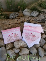 Μπομπονιέρες πρωτότυπες. Μπομπονιέρα βάπτισης κορίτσι πετσέτα, λευκή βαμβακερή και πορτοφολάκι υφασμάτινο με θέμα ποδήλατο χειροποίητο.