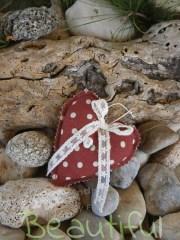 Μπομπονιέρα γάμου βάπτισης. Μπομπονιέρα βάπτισης κορίτσι καρδιά, υφασμάτινη κόκκινη πουά με σατέν λουλουδάκι και δαντελίτσα χειροποίητο.