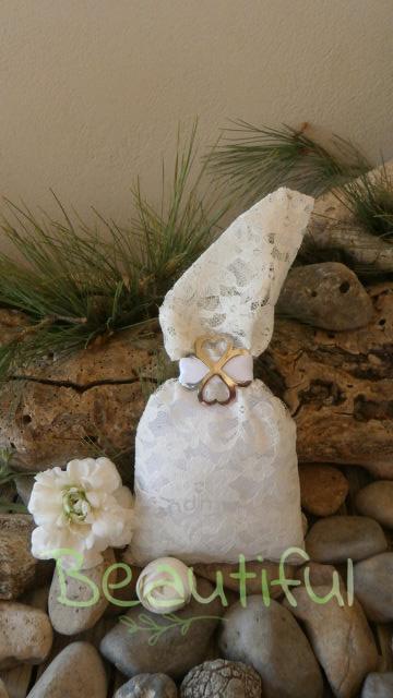 Μπομπονιέρα οικονομική. Μπομπονιέρα Γάμου πουγκί, δαντέλα με μεταλλικό λουλούδι και κορδέλα γκρό χειροποίητο.