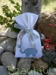 Μπομπονιέρες βάπτισης. Μπομπονιέρα βάπτισης αγόρι πουγκί, καμβάς λευκό με σχέδιο ελεφαντάκι, κορδέλα δίχρωμη και κουδουνάκι χειροποίητο.