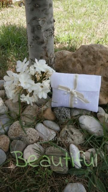 Μπομπονιέρα Γάμου, Φάκελος γάζα πουά λευκό με κορδέλα χρυσή και πέρλες χειροποίητο.