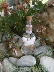 Μπομπονιέρα βάπτισης κορίτσι, Μπουκαλάκι γυάλινο με μεταλλική πεταλούδα, σατέν λουλουδάκι και κορδέλα χειροποίητο.