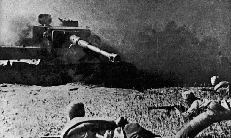 Фото русских пехотинцев на фоне подбитого немецкого танка