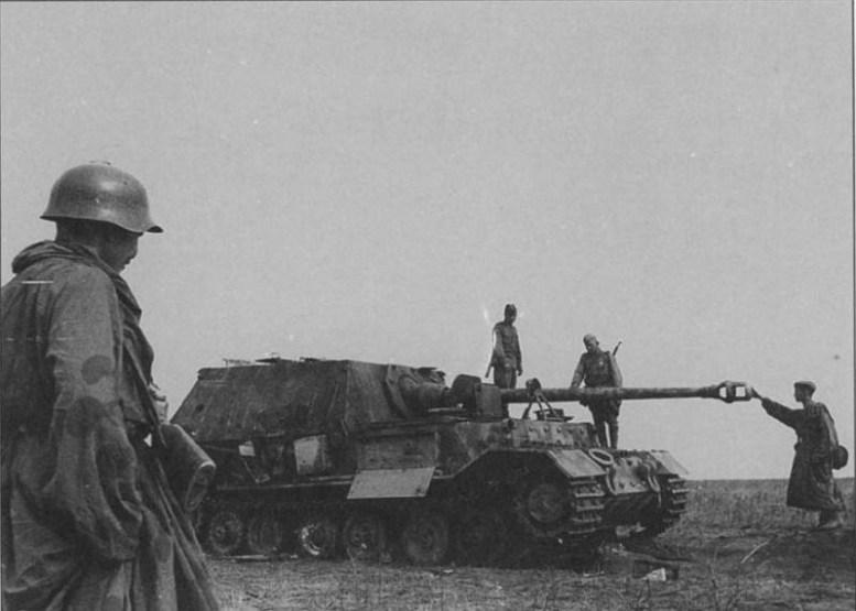 На фото русские солдаты осматривают подбитую немецкую САУ битва, война, курская