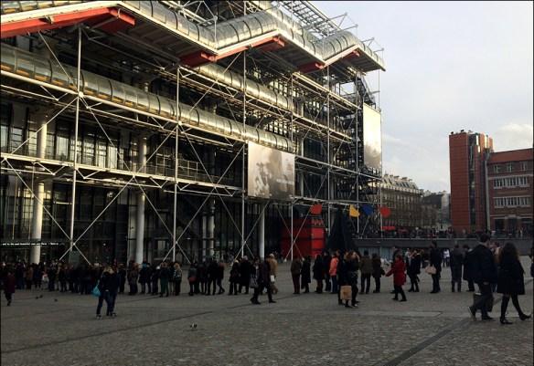 Crowds queue for Cartier-Bresson, Steve Sampson