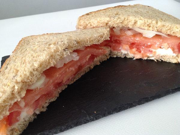 Sándwich de salmón y cebolla