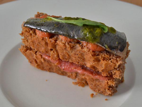 pan de nueces pecanas con puré de remolacha, salsa de tomate y albahaca y sardina marinada