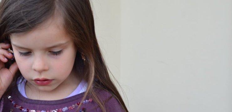 Przekłuwanie uszu małym dzieciom – upiększa malucha, czy może wprost przeciwnie?