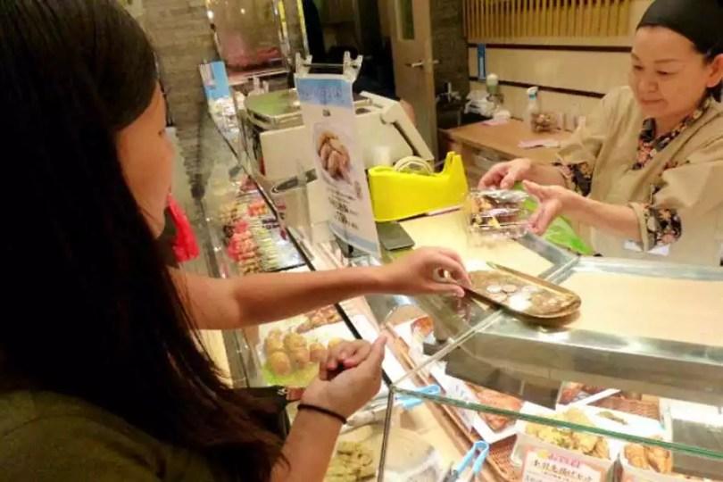 Comprando em loja no Japão (Foto: Reprodução/Rocket News)