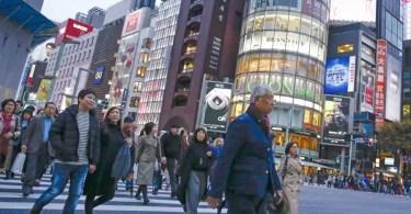 Pessoas em um centro comercial em Tóquio (Foto: Kyodo)