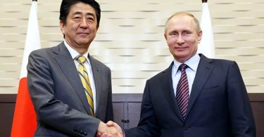 Abe e Putin se encontram em Sochi (Foto: Pool/via Asahi)